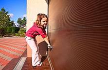 Гаражные секционные ворота без труда можно открыть и закрыть вручную