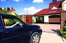 Секционные гаражные ворота удобны в управлении благодаря оснащению автоматикой